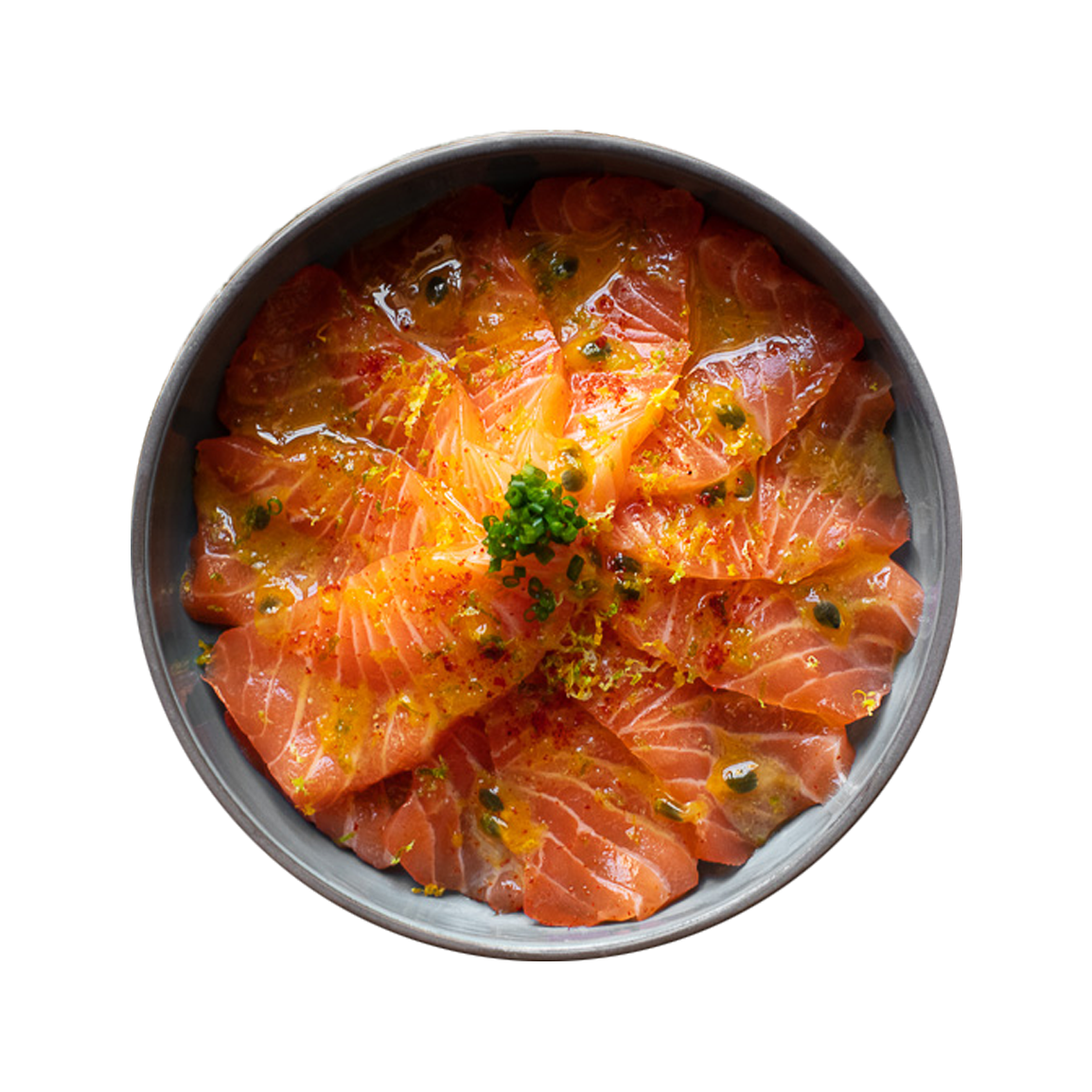 10 pièces de sashimi saumon, marinade maison fruit de la passion, citron vert, ciboulette, fleur de sel, coriandre, oignon rouge, oignon frit, jalapeño, maïs cancha.<br />Servi avec un bol de riz vinaigré.