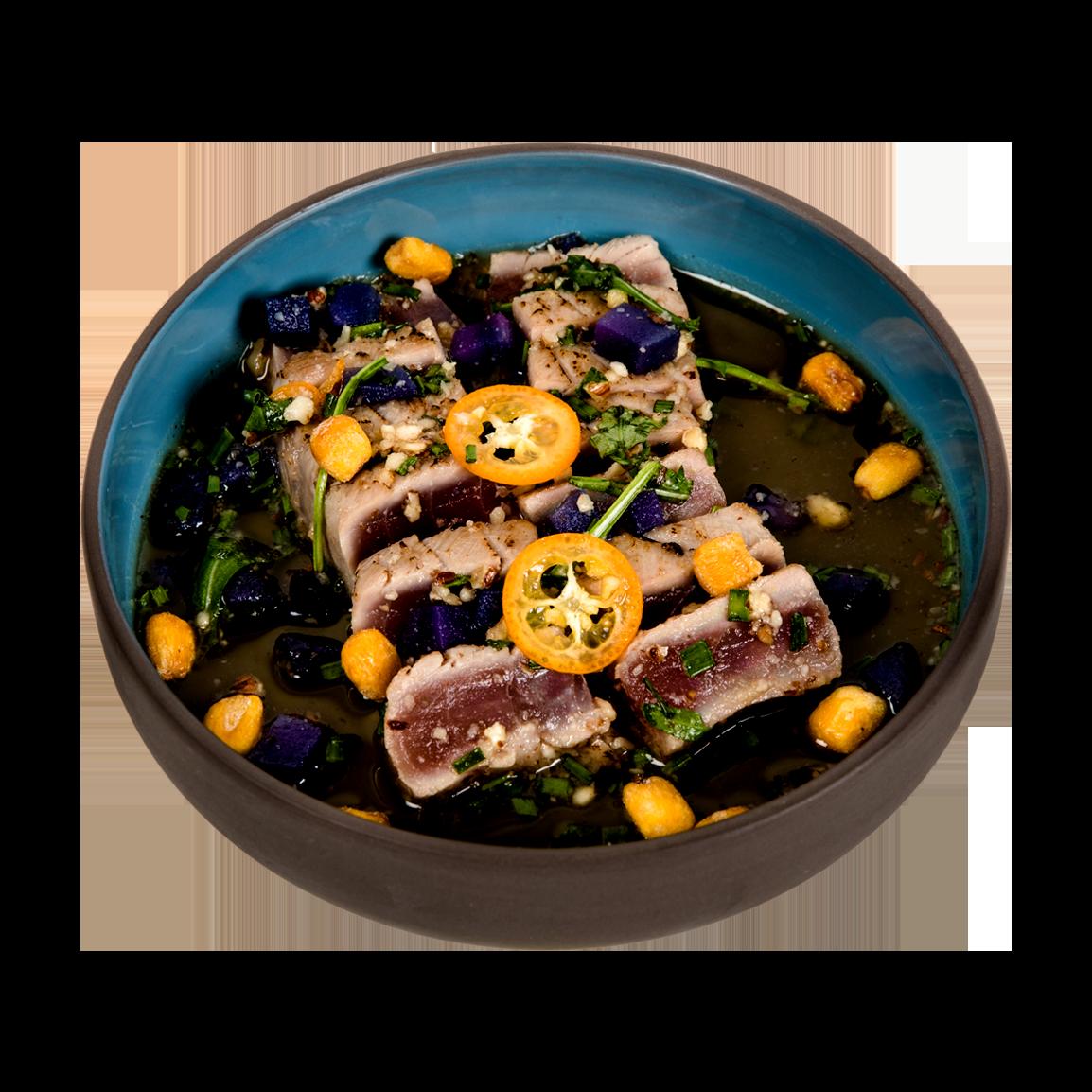 10 pièces de tataki de thon mariné, sauce ponzu truffe, noisette grillé, ciboulette, roquette, patata morada, maïs cancha, kumquat, sésame.<br />Servi avec un bol de riz vinaigré.