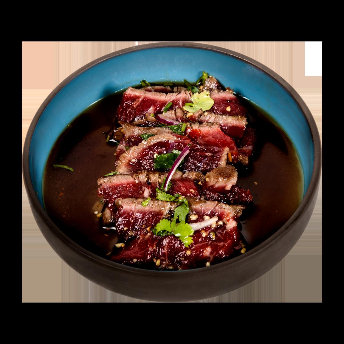 10 pièces de sashimi boeuf snacké marinade nikkei, riz grillé des Andes, coriandre, échalote, maïs cancha, oignon rouge et piment jalapeño. <br />Servi avec un bol de riz vinaigré.