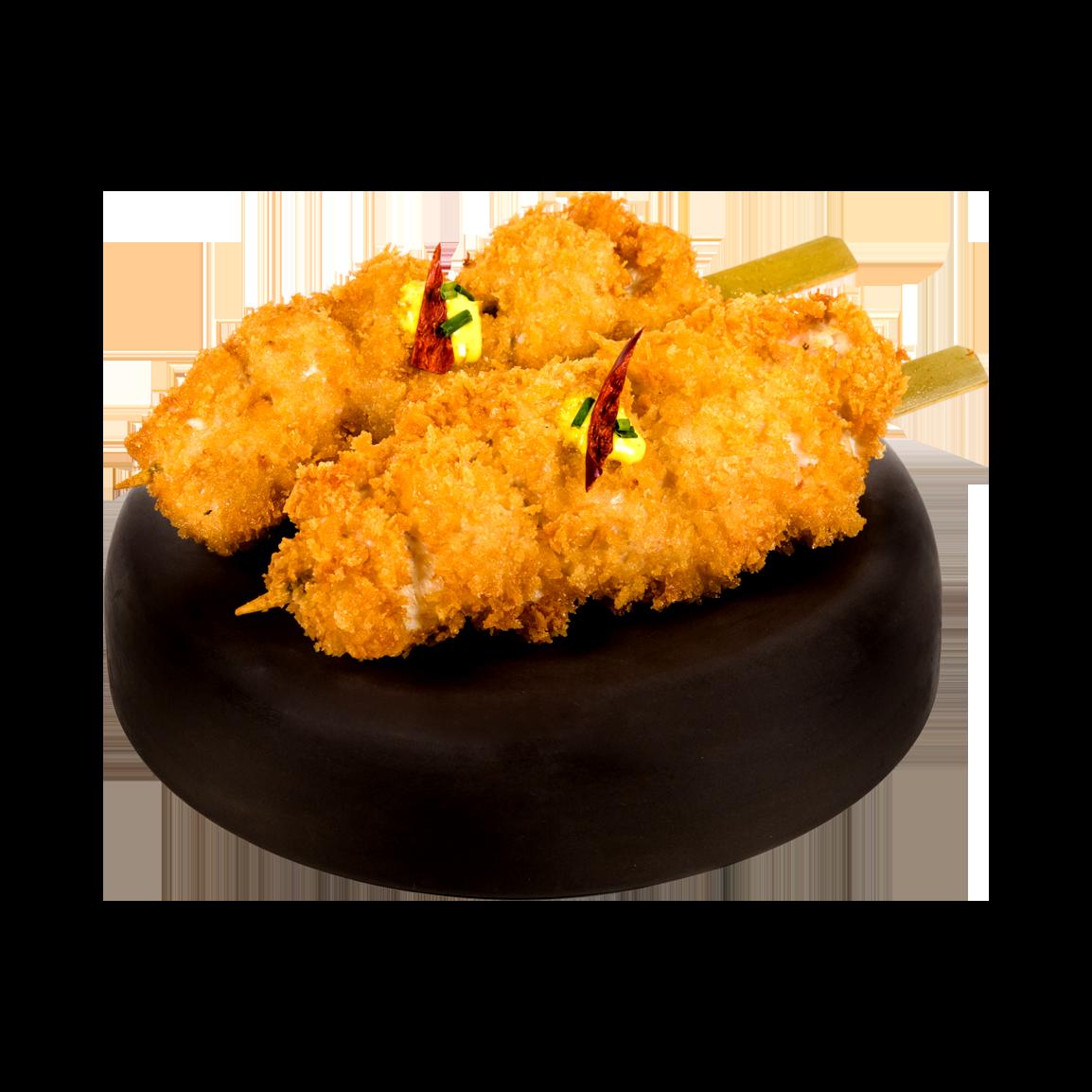 Deux brochettes de poulet à l'ail pané tempura, sasuce anticucho, aji amarillo, aji panca, ciboulette